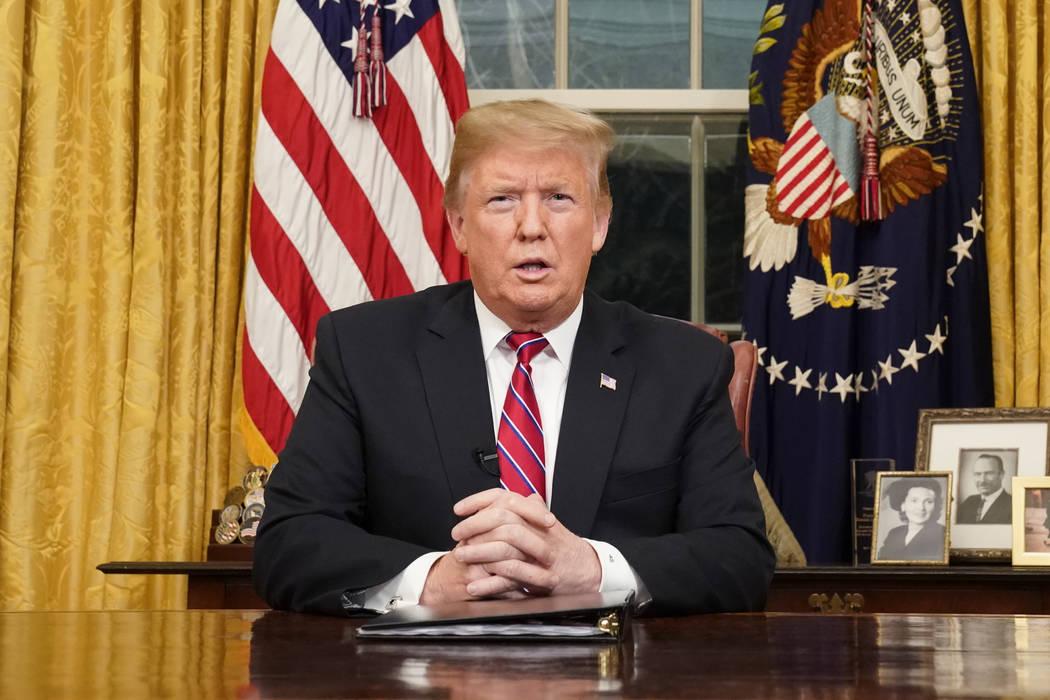 El presidente Donald Trump habla desde la Oficina Oval de la Casa Blanca mientras da un discurso en horario estelar sobre seguridad fronteriza el martes, 8 de enero de 2018, en Washington. (Carlos ...