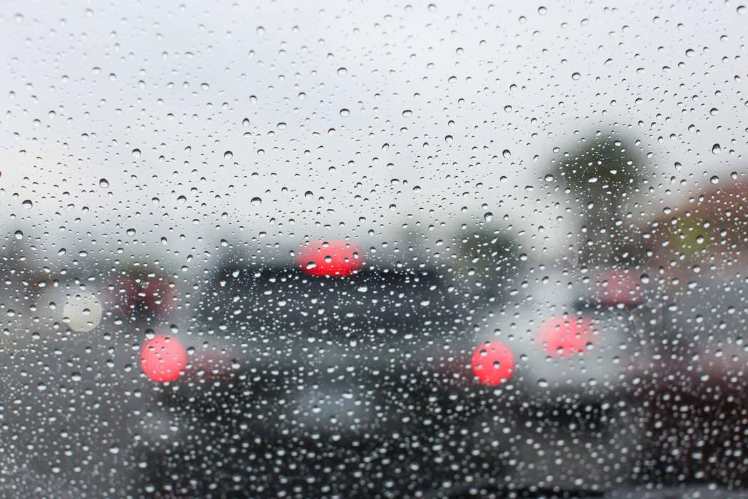 Las gotas de lluvia se juntan en un parabrisas en Las Vegas el jueves 4 de agosto de 2016. (Brett Le Blanc / Las Vegas Review-Journal)