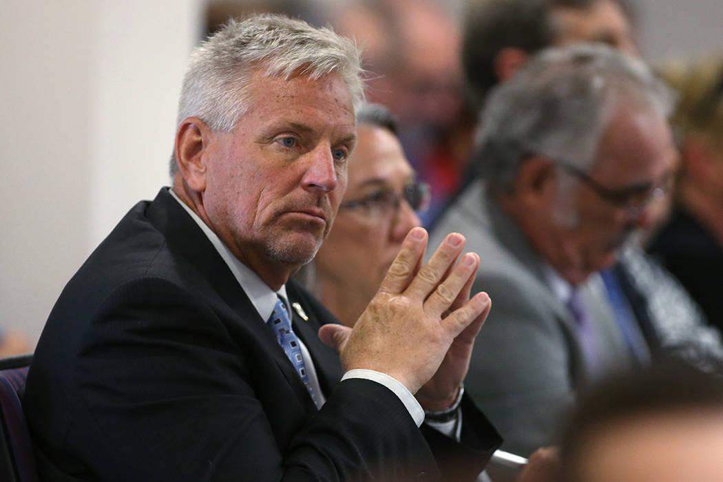 El ingeniero del estado de Nevada, Jason King, escucha los comentarios públicos durante una audiencia del subcomité en el edificio legislativo en Carson City, Nevada, el viernes 26 de agosto de ...