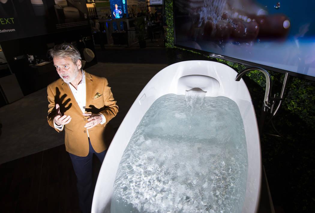 Bill Strang, presidente de operaciones y comercio electrónico en Toto, habla sobre una tina de flotación de gravedad cero que se vende a más de $19 mil en el Sands Expo and Convention Center du ...