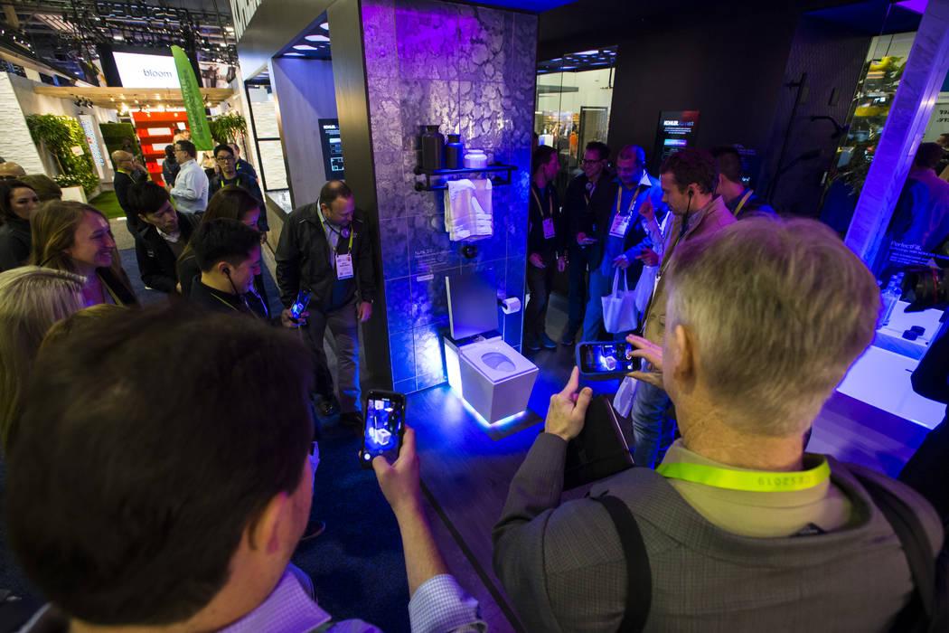 Los asistentes observan el inodoro inteligente Numi 2.0 de Kohler en el Sands Expo and Convention Center durante el CES en Las Vegas el miércoles 9 de enero de 2019. El inodoro ofrece control de ...