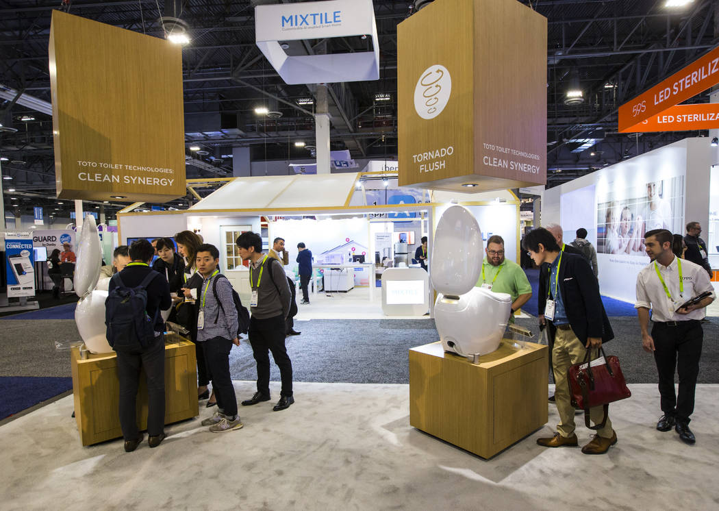 Los asistentes observan el inodoro inteligente Neorest NX2 de Toto en el Sands Expo and Convention Center durante el CES en Las Vegas el miércoles 9 de enero de 2019. Chase Stevens Las Vegas Revi ...