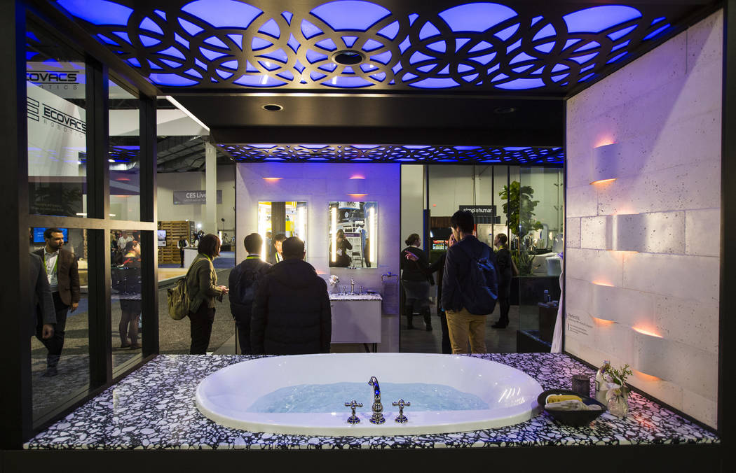 Los asistentes miran los productos de baño inteligentes de Kohler en el Sands Expo and Convention Center durante el CES en Las Vegas el miércoles 9 de enero de 2019. Chase Stevens Las Vegas Revi ...