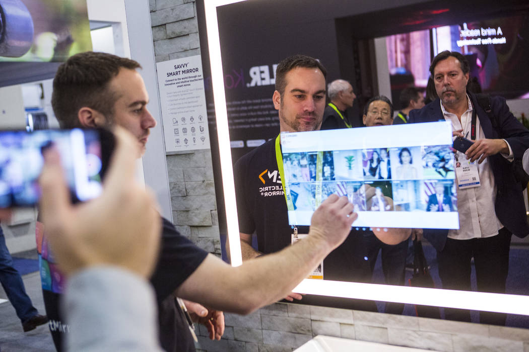 Robert Zerr habla sobre los productos de Electric Mirror en el Sands Expo and Convention Center durante el CES en Las Vegas el miércoles 9 de enero de 2019. Chase Stevens Las Vegas Review-Journal ...