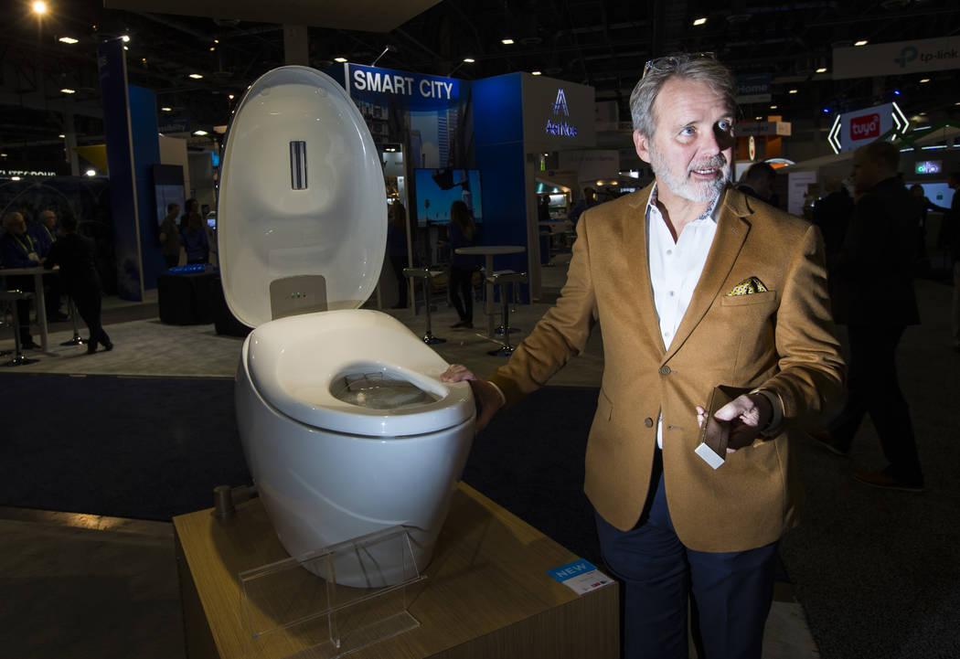 Bill Strang, presidente de operaciones y comercio electrónico de Toto, habla sobre el inodoro inteligente Neorest NX2 en el Sands Expo and Convention Center durante el CES en Las Vegas el miérco ...
