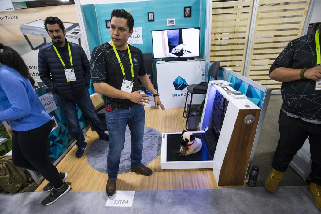 Ivan Gutiérrez de Newtons Box habla sobre el inodoro para perros totalmente automatizado Inu Box en el Sands Expo and Convention Center durante el CES en Las Vegas el miércoles 9 de enero de 201 ...