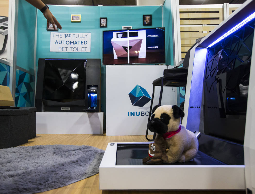 Una vista del inodoro para perros totalmente automatizado Inu Box en el Sands Expo and Convention Center durante el CES en Las Vegas el miércoles 9 de enero de 2019. Chase Stevens Las Vegas Revie ...