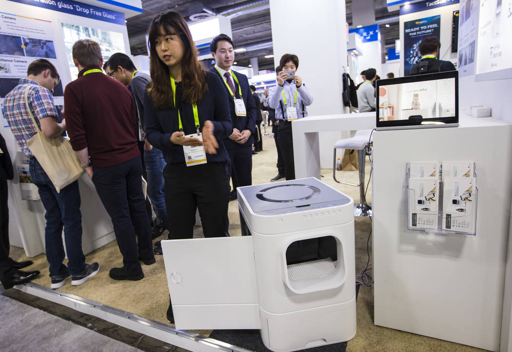 Heaven Nam habla sobre la caja de arena automática LavvieBot de PurrSong en el Sands Expo and Convention Center durante el CES en Las Vegas el miércoles 9 de enero de 2019. Chase Stevens Las Veg ...