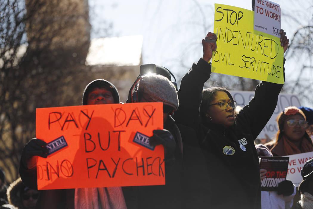 Los miembros del sindicato y otros empleados federales se reúnen para pedir el fin del cierre parcial del gobierno, el jueves 10 de enero de 2019 en la sede de AFL-CIO en Washington. (Foto AP / P ...