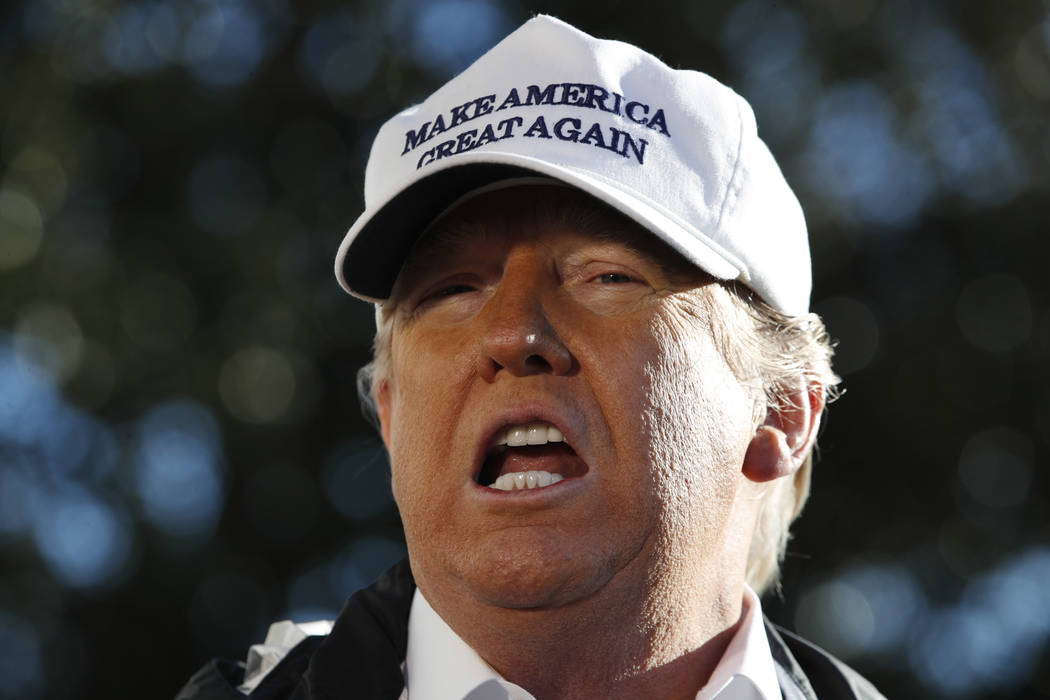 El presidente Donald Trump habla a los medios de comunicación cuando abandona la Casa Blanca, el jueves 10 de enero de 2019, en Washington, en camino a un viaje a la frontera de Texas mientras co ...