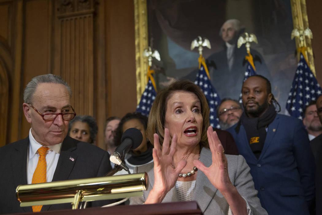 La presidenta de la Cámara de Representantes, Nancy Pelosi, demócrata por California, y el líder de la minoría del Senado, Chuck Schumer, DN.Y., a la izquierda, se unieron a los trabajadores f ...