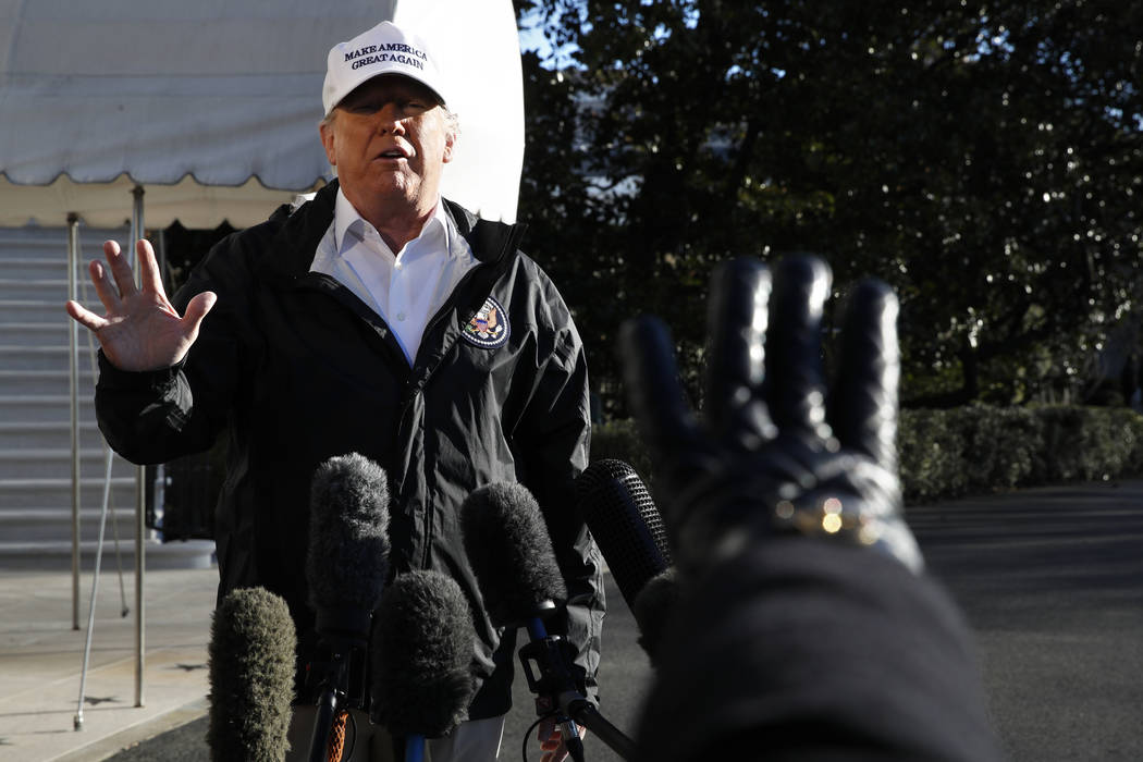 El presidente Donald Trump hace un gesto cuando un reportero levanta la mano para hacer una pregunta, mientras habla con los medios de comunicación en el Jardín Sur de la Casa Blanca, el jueves ...