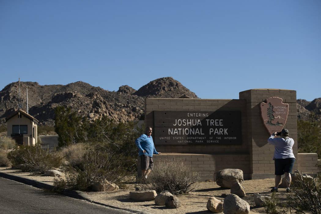 Los visitantes toman fotos en la entrada del Parque Nacional Joshua Tree, en el desierto de Mojave, al sur de California, el jueves 10 de enero de 2019. Después de todo, el parque nacional no se ...