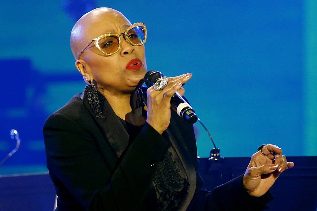 Dee Dee Bridgewater, cantante de jazz de Estados Unidos, se presenta en la agencia cultural de Estados Unidos UNESCO en París, Francia el jueves 30 de abril de 2015. (AP Photo / Christophe Ena)