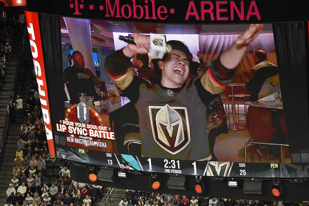 La gente disfruta el accionar de Vegas Golden Knights. En la foto, Raúl, un aficionado que ganó el concurso de sincronización labial. Jueves 10 de enero en la arena T-Mobile. Foto Frank Alejand ...