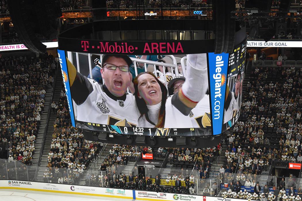 La gente disfruta el accionar de Vegas Golden Knights. Jueves 10 de enero en la arena T-Mobile. Foto Frank Alejandre / El Tiempo.