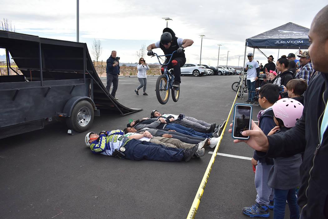 Los corredores del equipo de Ricardo Laguna realizaron una exhibición de BMX. Sábado 12 de enero de 2019 en la agencia de automóviles Jaguar Land Rover. Foto Anthony Avellaneda / El Tiempo.