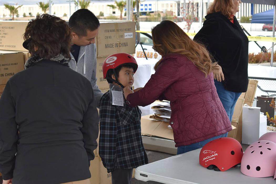 El objetivo de Ride Safe fue regalar mil cascos a niños y jóvenes. Sábado 12 de enero de 2019 en la agencia de automóviles Jaguar Land Rover. Foto Anthony Avellaneda / El Tiempo.