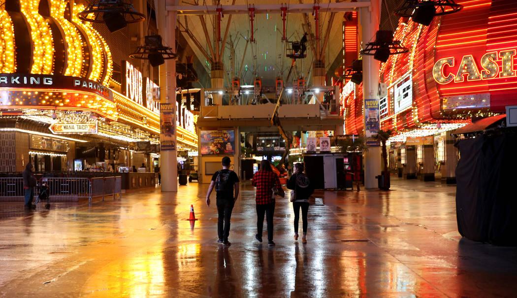 La gente camina por Fremont Street Experience después de la lluvia en el centro de Las Vegas, el martes 15 de enero de 2019. (K.M. Cannon / Las Vegas Review-Journal) @KMCannonPhoto