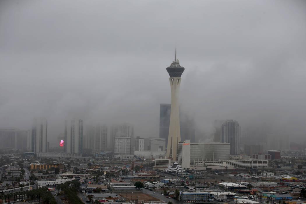 El Strip de Las Vegas está envuelto en niebla después de la lluvia en Las Vegas, el martes 15 de enero de 2019. Se emitió un aviso de niebla para el Valle de Las Vegas hasta la 1 p.m. (K.M. Can ...