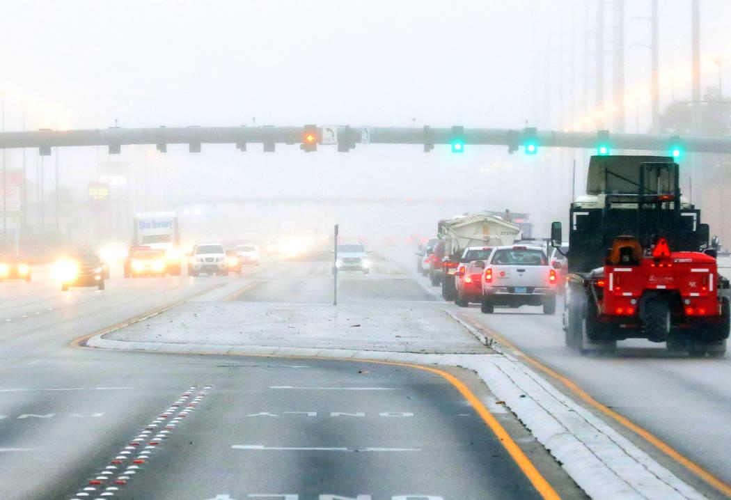 Los automovilistas están parcialmente ocultos por la niebla mientras avanzan por Blue Diamond Road el martes 15 de enero de 2019 en Las Vregas. Bizuayehu Tesfaye / Las Vegas Review-Journal @bizut ...