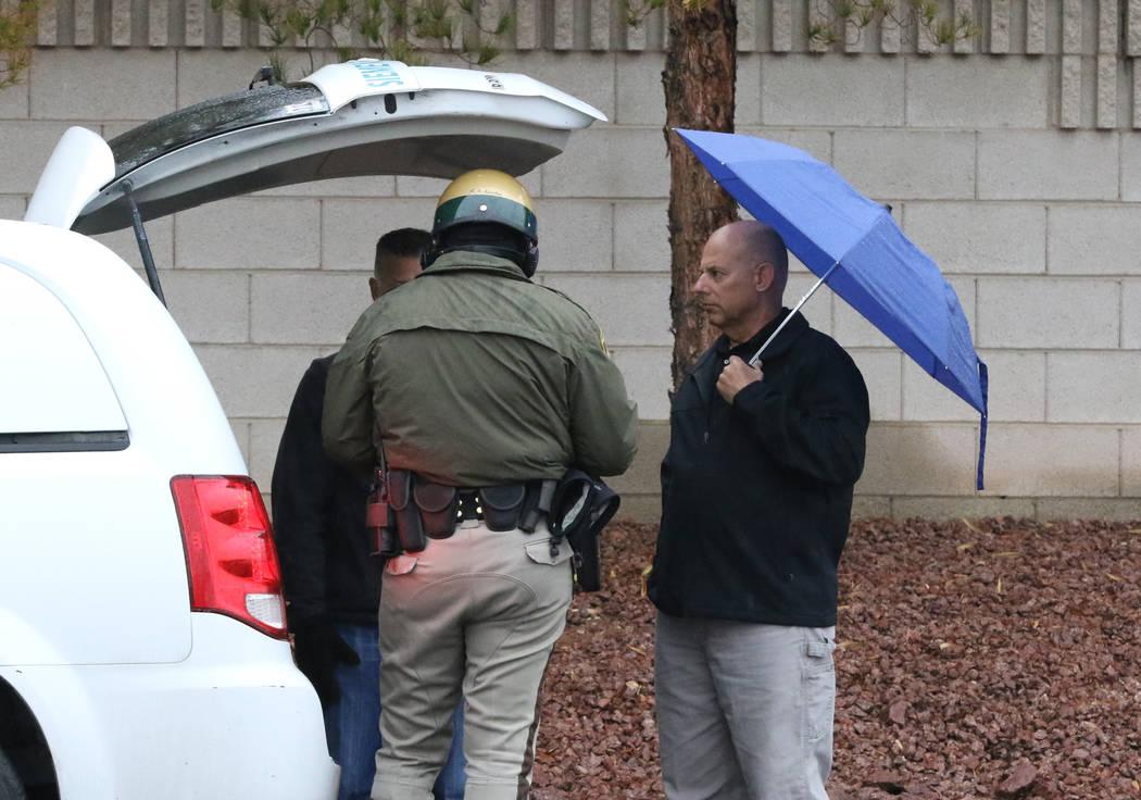 Un oficial del Departamento de Policía Metropolitana de Las Vegas investiga un accidente en Pebble Road y Maryland Parkway en un clima lluvioso el martes 15 de enero de 2019, en Las Vegas. Bizuay ...