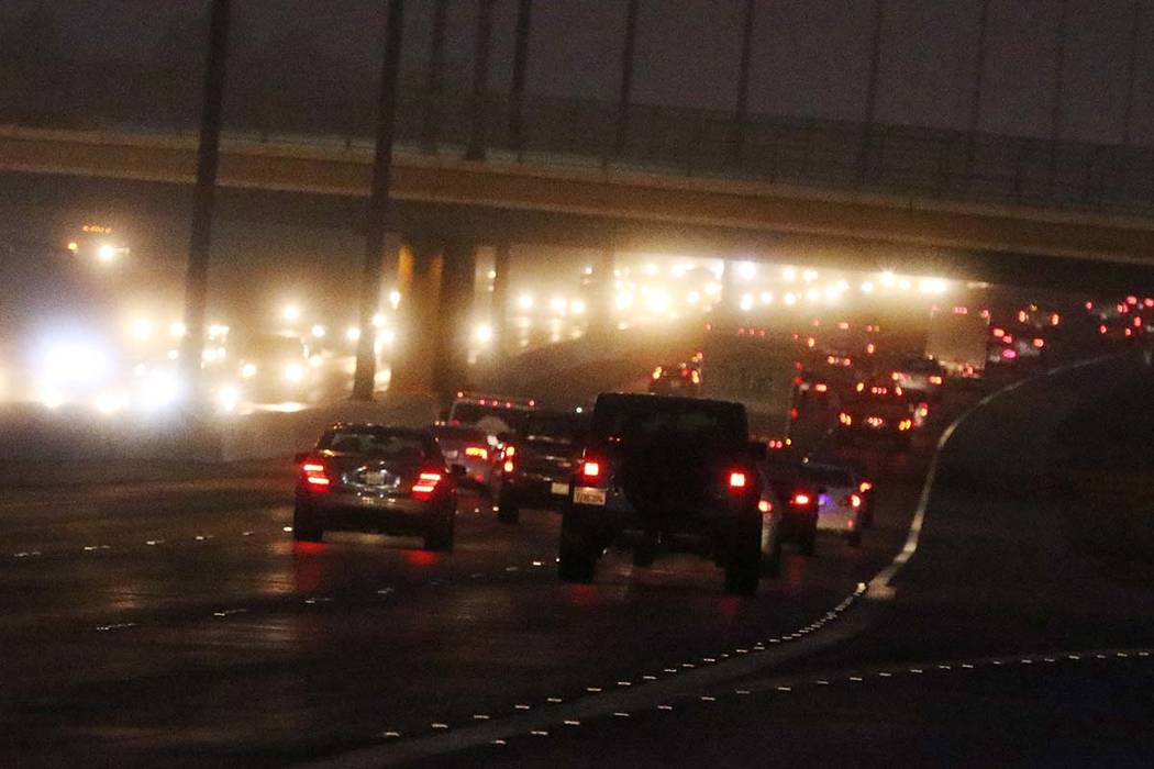 Los automovilistas están parcialmente ocultos por la niebla a medida que avanzan por 215 Beltway cerca de Green Valley el martes 15 de enero de 2019, en Henderson. (Bizuayehu Tesfaye / Las Vegas ...