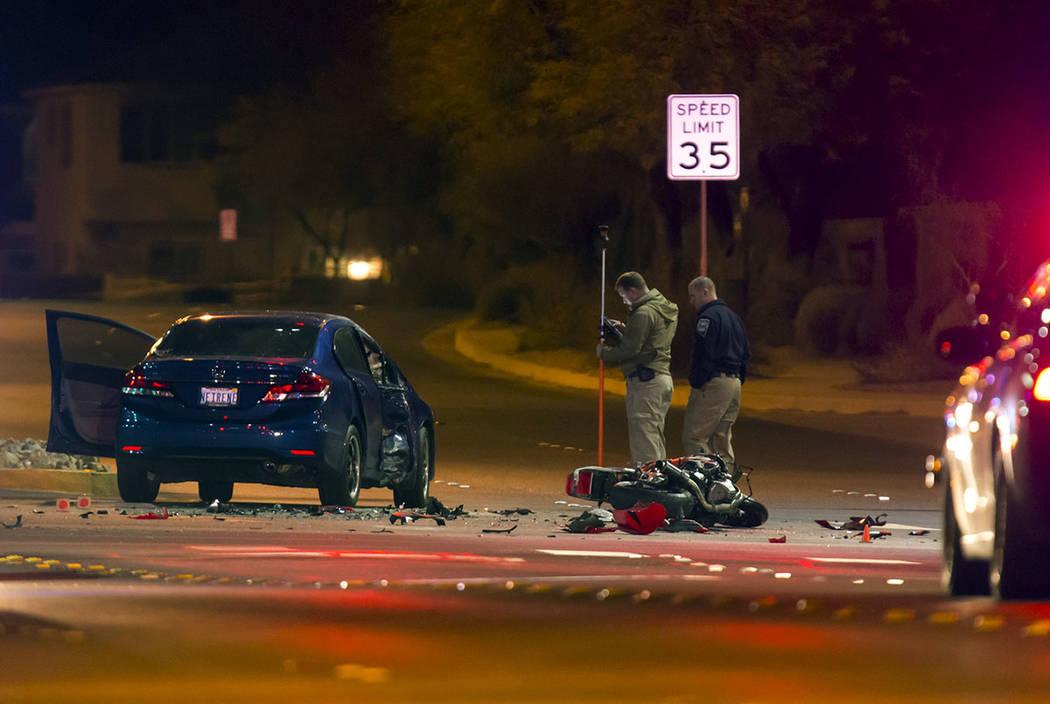 La policía y la Patrulla de Carreteras de Nevada investigan un accidente fatal que involucró a una motocicleta y un sedán en la intersección de Buffalo Drive y Mountains Edge Parkway en el sud ...