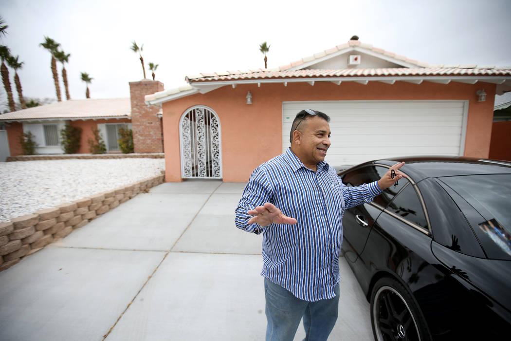 """El potencial comprador Tony Redding de Las Vegas habla con un reportero en la antigua casa del mafioso de Las Vegas Tony """"The Ant"""" Spilotro en 4675 Balfour Drive en Las Vegas el lunes 14 de enero ..."""