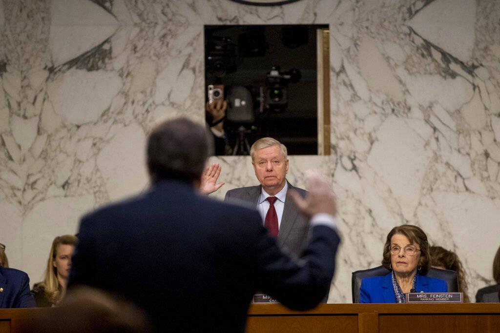 El candidato al Fiscal General William Barr es juramentado por el presidente del Comité Judicial del Senado, Lindsey Graham, R-S.C., Ante el Comité Judicial del Senado en Capitol Hill en Washing ...