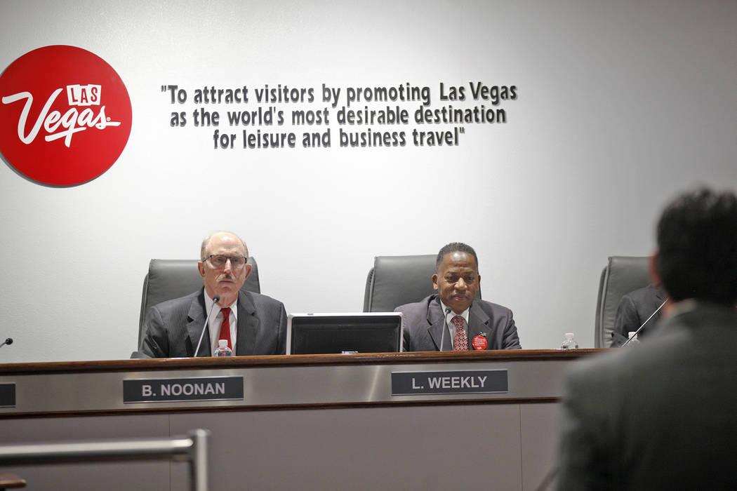 El miembro de la Autoridad de Convenciones y Visitantes de Las Vegas Bill Noonan, a la izquierda, y el presidente Lawrence Weekly en una reunión de la junta directiva en el Centro de Convenciones ...
