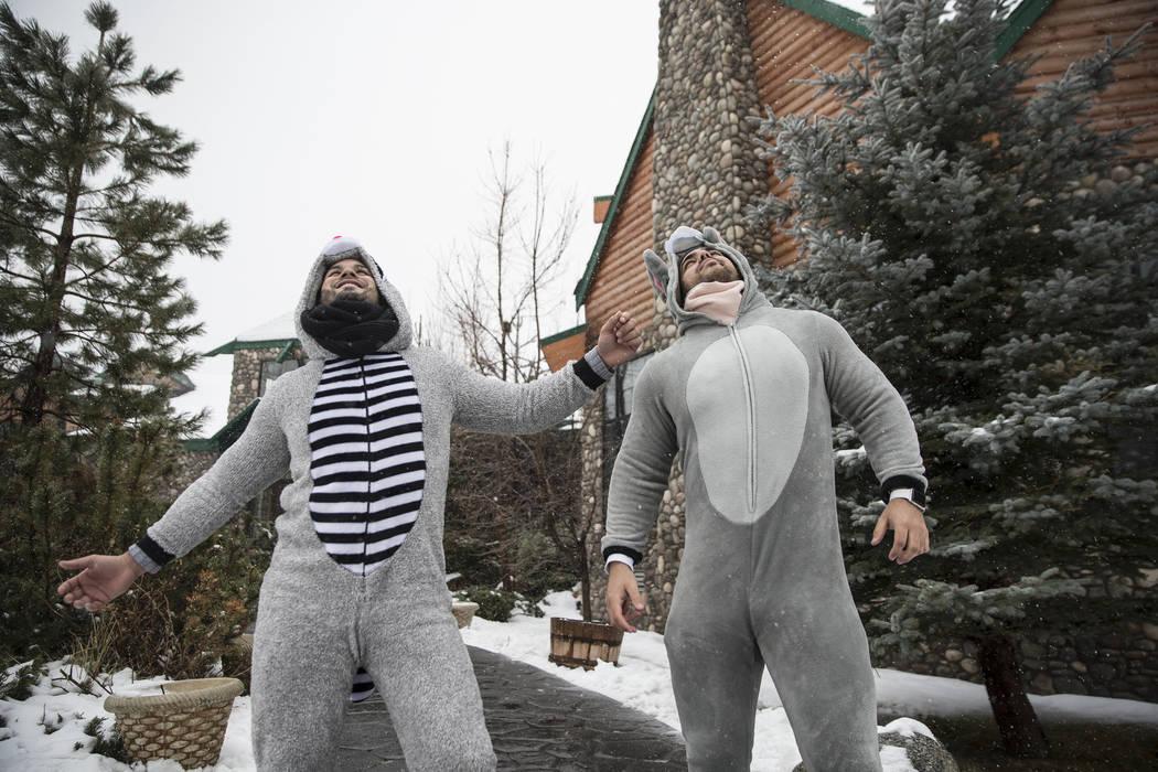 Erick Cano, a la izquierda, y Yaser Moreno se mantienen abrigados mientras caen nieve en las afueras de Mount Charleston Lodge el martes 15 de enero de 2019, en Las Vegas. Benjamin Hager Las Vegas ...