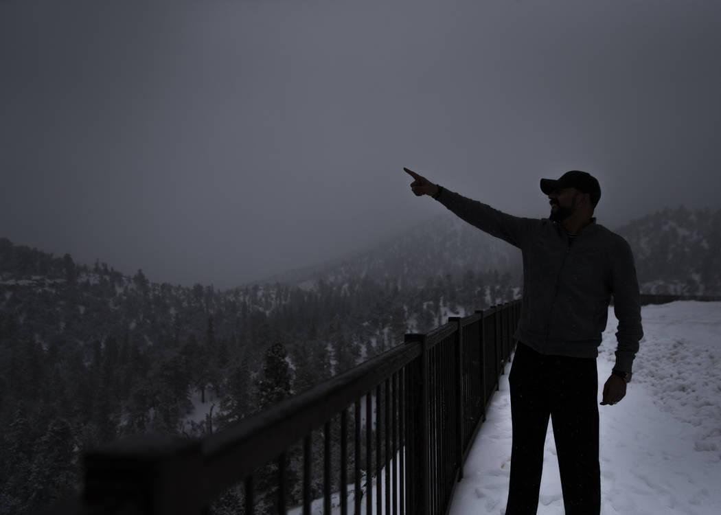 Baz M. Marshall señala un grupo de montañas nevadas en Mount Charleston el martes 15 de enero de 2019, en Las Vegas. Benjamin Hager Las Vegas Review-Journal