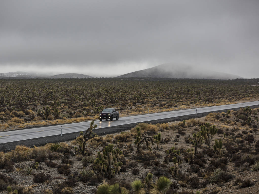 El martes 15 de enero de 2019, en Las Vegas, los vehículos conducen hacia el noreste en Lee Canyon Road en una densa niebla. Benjamin Hager Las Vegas Review-Journal