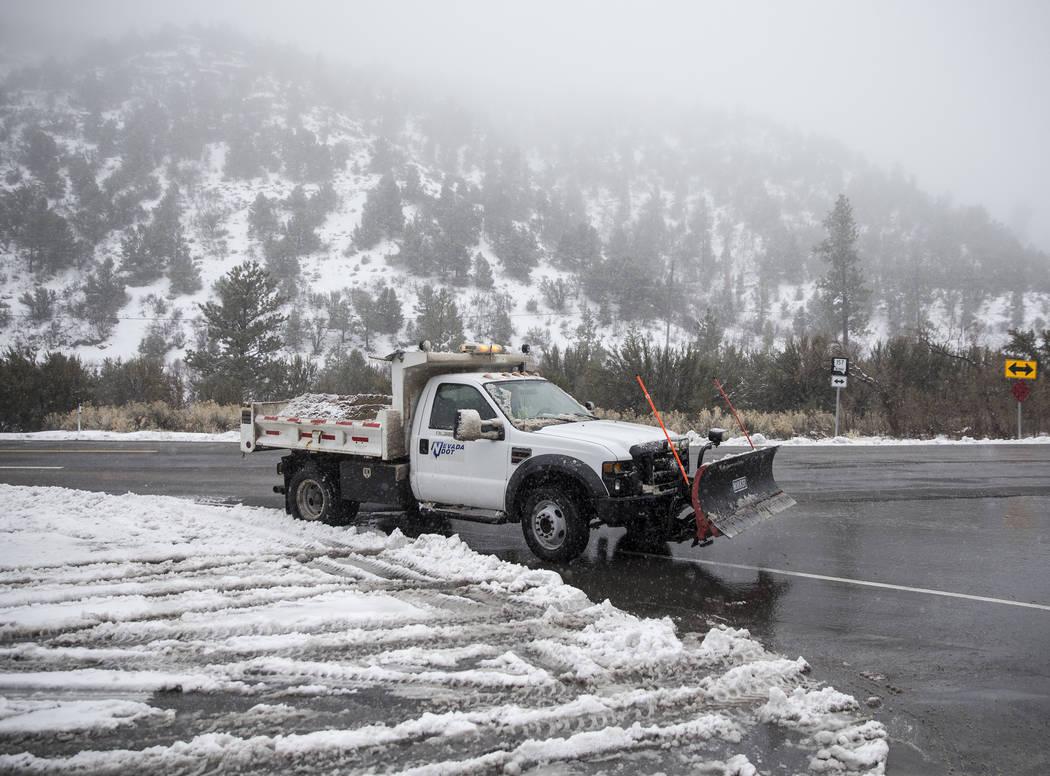 Los arados de nieve se abren camino hasta el Monte Charleston el martes 15 de enero de 2019, en Las Vegas. Benjamin Hager Las Vegas Review-Journal