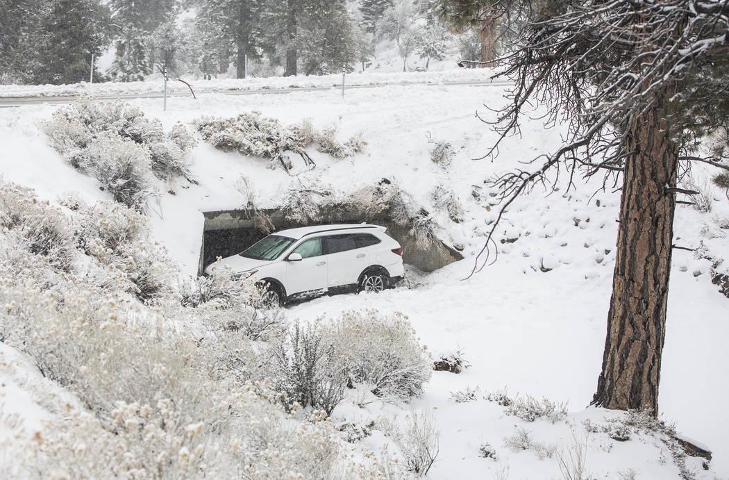 Un Hyundai Santa Fe está atrapado en una zanja de drenaje después de perder el control por las nevadas fuertes en Mount Charleston el martes 15 de enero de 2019, en Las Vegas. Benjamin Hager Las ...