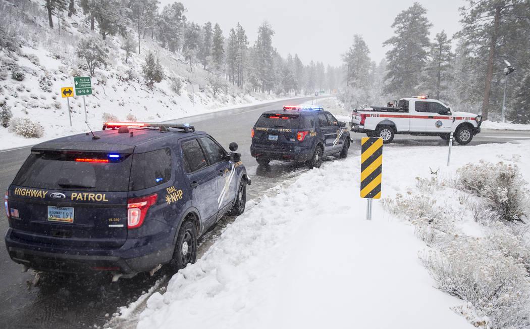 Los Nevada State Troopers investigan un Hyundai Santa Fe que cayó en una zanja de drenaje en Mount Charleston el martes 15 de enero de 2019, en Las Vegas. Benjamin Hager Las Vegas Review-Journal