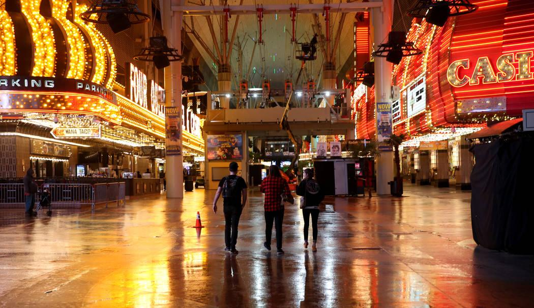 La gente camina en Fremont Street Experience después de la lluvia en el centro de Las Vegas el martes 15 de enero de 2019. K.M. Cannon Las Vegas Review-Journal @KMCannonPhoto