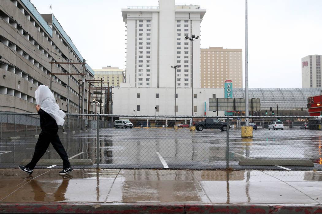 Una persona camina en East Ogden Avenue, en el centro de Las Vegas, bajo una ligera lluvia el martes, 15 de enero de 2019. K.M. Cannon Las Vegas Review-Journal @KMCannonPhoto