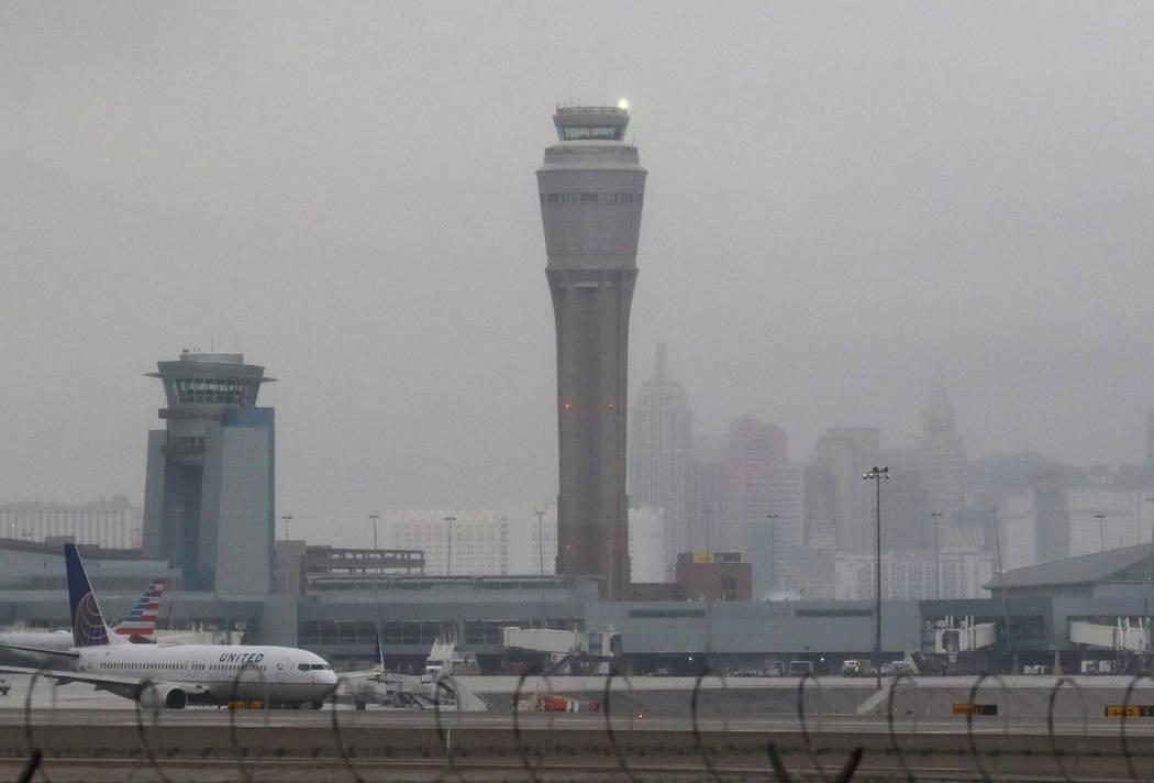 La torre de control de tráfico aéreo del Aeropuerto Internacional McCarran y el Strip de Las Vegas están envueltos en niebla después de la lluvia el martes 15 de enero de 2019, en Las Vegas. B ...