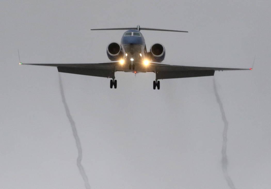 Un avión privado deja rastros de humo cuando se acerca al Aeropuerto Internacional McCarran en clima lluvioso el martes 15 de enero de 2019, en Las Vegas. Bizuayehu Tesfaye / Las Vegas Review-Jou ...