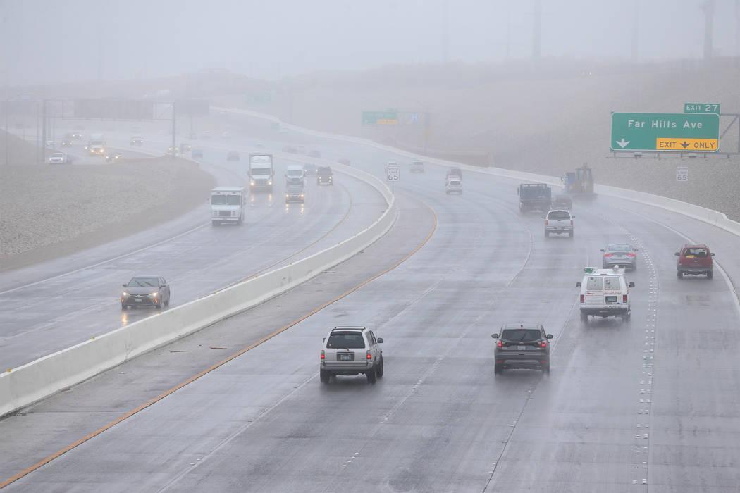 Los automovilistas atraviesan la niebla en el 215 Beltway cerca de Summerlin Parkway en Las Vegas, el martes 15 de enero de 2019. Erik Verduzco Las Vegas Review-Journal @Erik_Verduzco