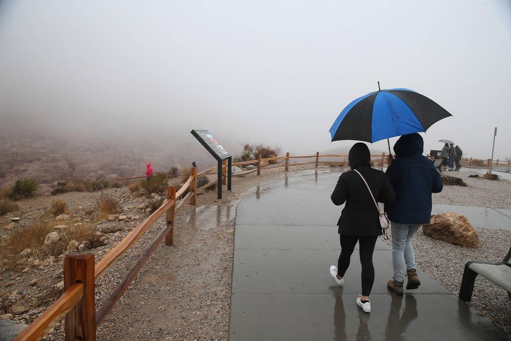 La gente visita la niebla que cubre el cañón Red Rock en Las Vegas el martes 15 de enero de 2019. Erik Verduzco Las Vegas Review-Journal @Erik_Verduzco
