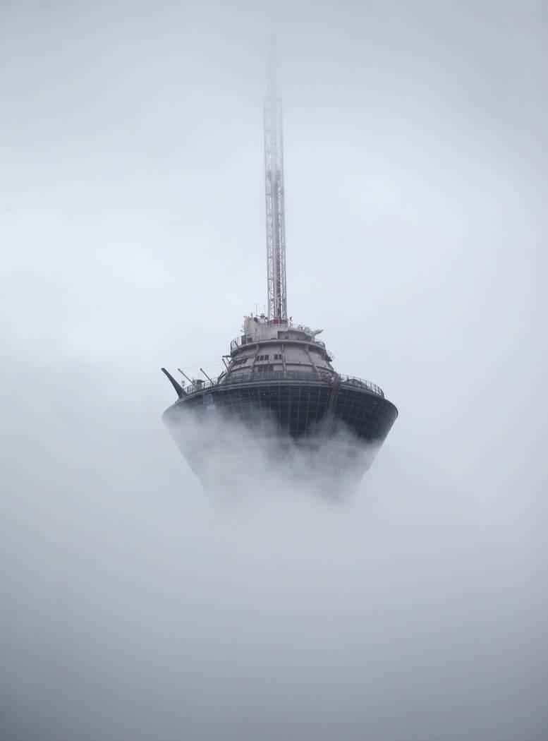 Una vista del Stratosphere mientras las nubes y la niebla cubren el Valle de Las Vegas el martes 15 de enero de 2019. Chase Stevens Las Vegas Review-Journal @csstevensphoto