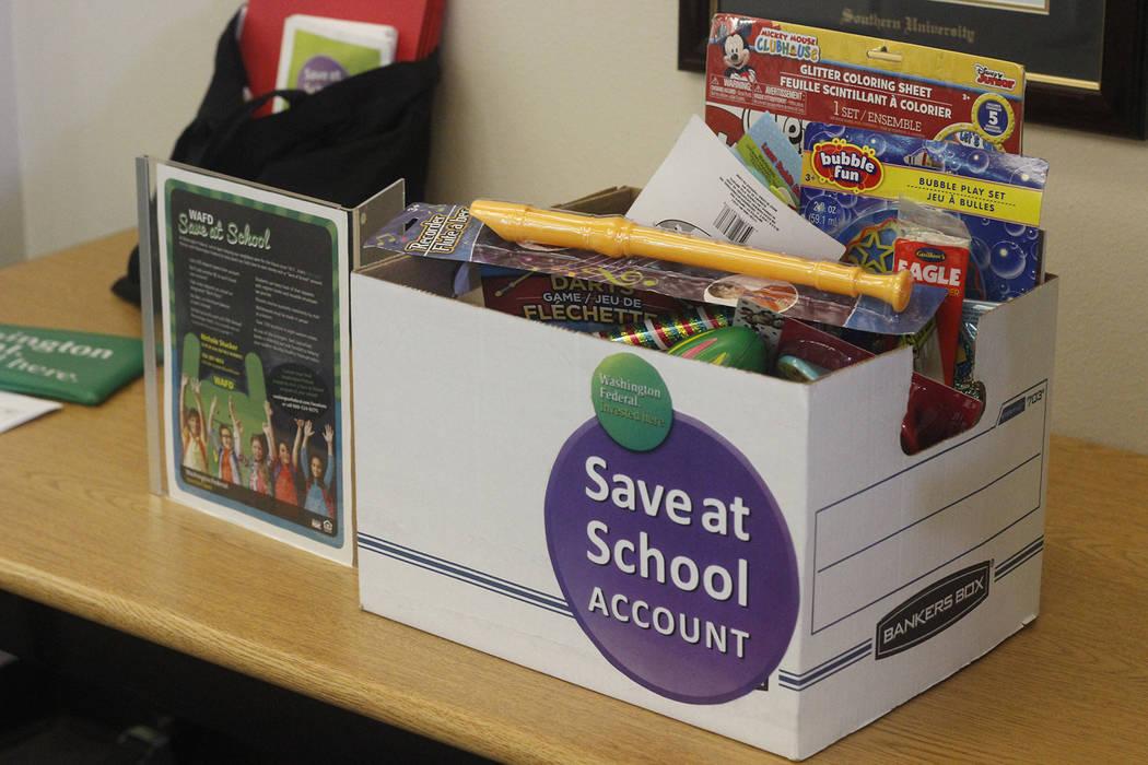 Una asociación entre Washington Federal y la Escuela Primaria Scott permite que los estudiantes contribuyan a cuentas de ahorro mientras están en la escuela. (Mia Sims / Las Vegas Review-Journal ...