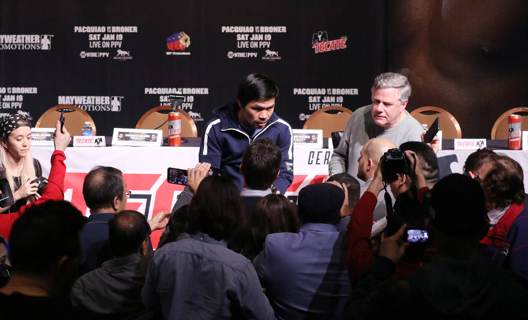 El boxeador campeón del mundo de ocho categorías, Manny Pacquiao, se reúne con los medios de comunicación en el Teatro David Copperfield en el MGM Grand en Las Vegas, el miércoles 16 de enero ...