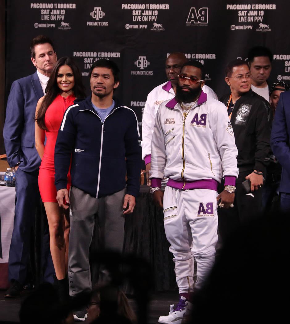 Los boxeadores Manny Pacquiao, a la izquierda, y Adrien Broner, posan el miércoles 16 de enero de 2019 después de una conferencia de prensa en el Teatro David Copperfield para promocionar su pel ...