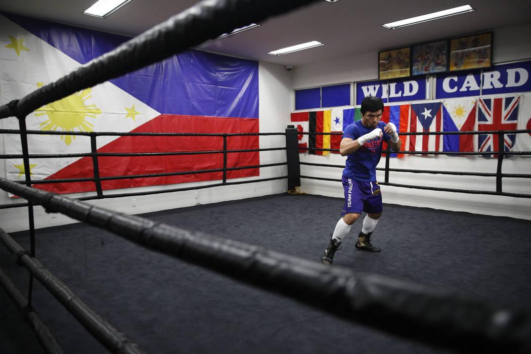 Manny Pacquiao practica box durante un entrenamiento en el Wild Card Boxing Club el lunes 14 de enero de 2019, en Los Ángeles. La leyenda filipina está en el invierno de su carrera, preparándos ...