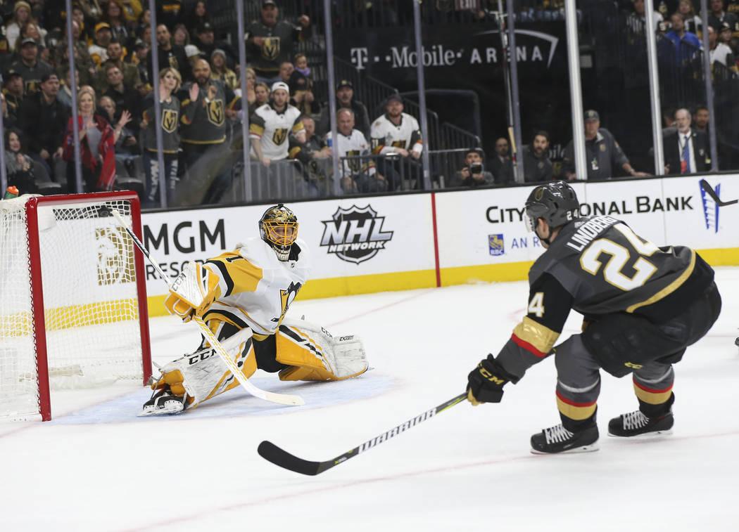 El centro de Golden Knights, Óscar Lindberg (24) se lleva el disco al pasar al portero Casey DeSmith (1) de los Pittsburgh Penguins para marcar un gol durante el primer período de un juego de ho ...