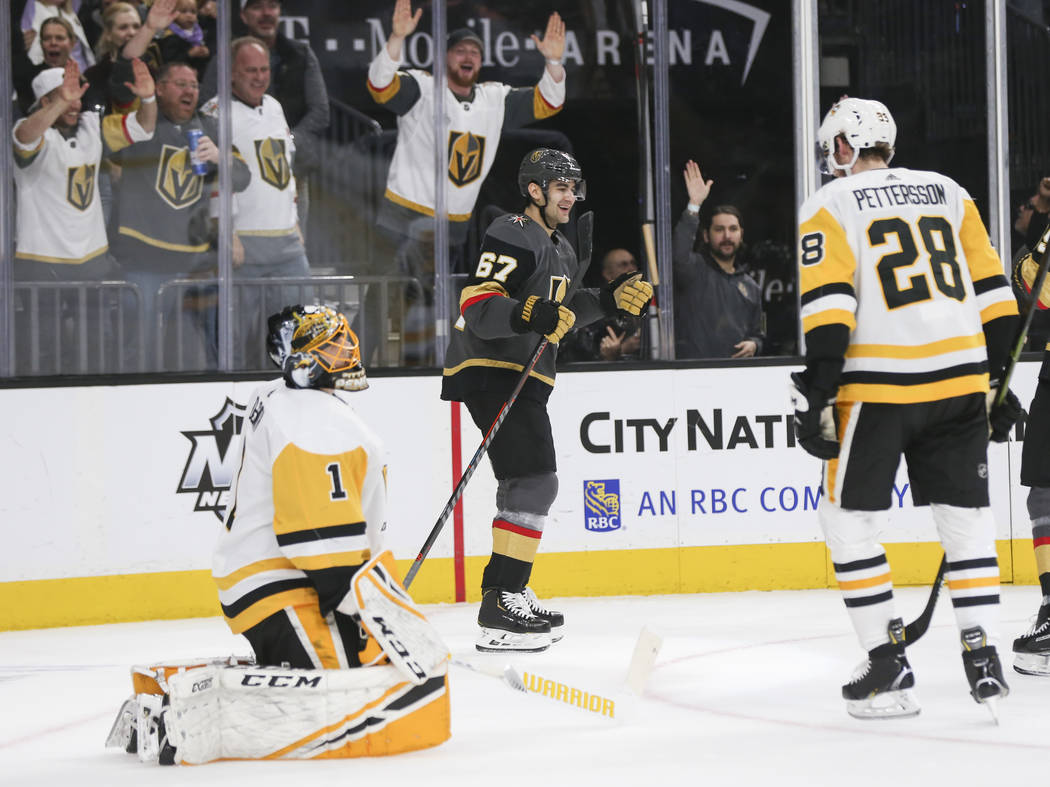 El ala izquierda de los Golden Knights, Max Pacioretty (67) celebra su gol contra el portero Casey DeSmith (1) de los Pittsburgh Penguins durante el primer período de un juego de hockey de la NHL ...